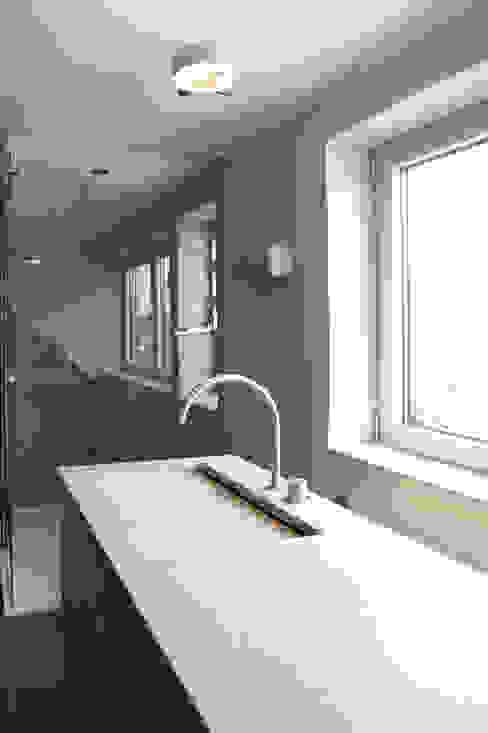 Bagno moderno di Raumgespür Innenarchitektur Design Ilka Hilgemann Moderno