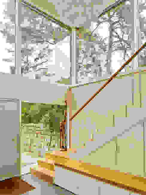 Moderne gangen, hallen & trappenhuizen van Innenarchitektur Berlin Modern