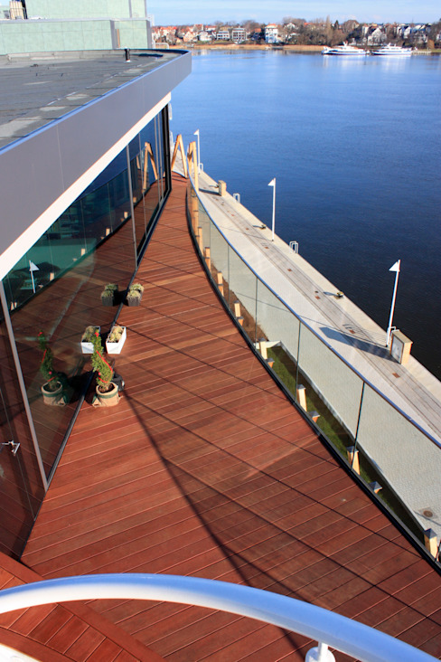 Penthouse im Stadthafen Moderner Balkon, Veranda & Terrasse von baustudio kastl Modern