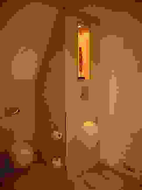 Weiche Formen unter spitzem Dach Moderne Badezimmer von Badkultur | Berlin Modern