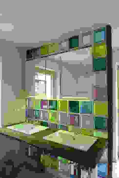 Duschwand aus bunten Glasbausteinen Moderne Badezimmer von tritschler glasundform Modern