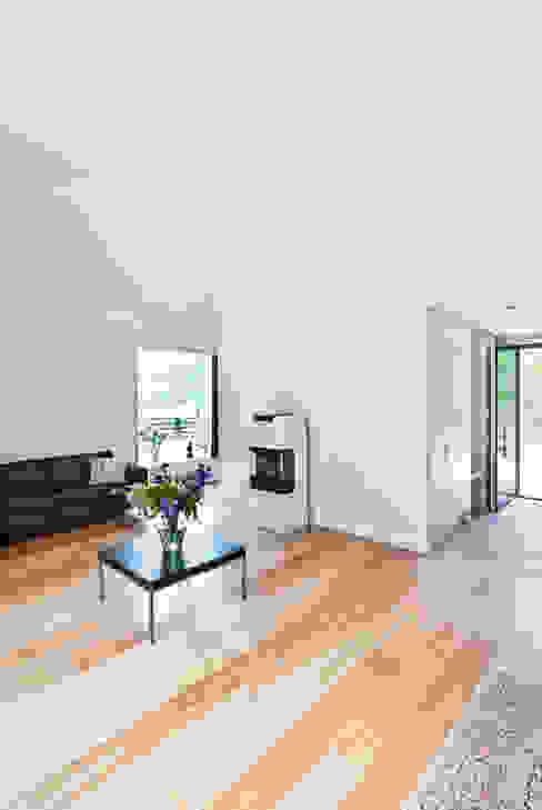 Hohe Räume bilden die Dachform nach Moderne Wohnzimmer von homify Modern