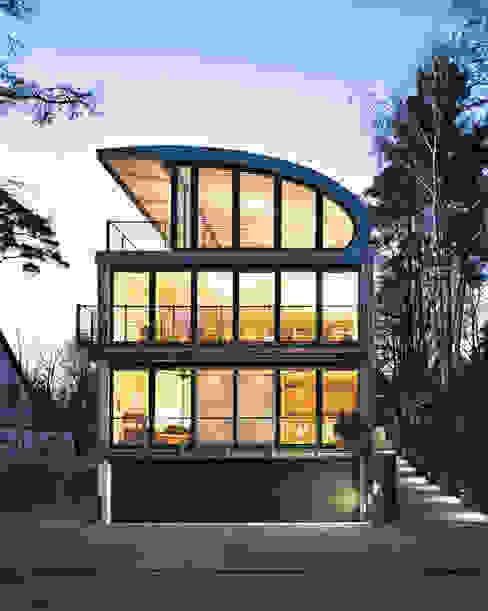 Straßenfront in der Dämmerung Moderne Häuser von homify Modern