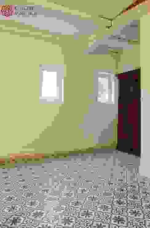 Aranżacje płytek cementowych w korytarzach i przedpokojach: styl , w kategorii Ściany zaprojektowany przez Kolory Maroka,Śródziemnomorski