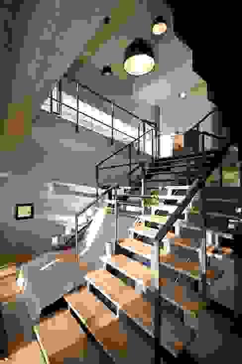 Picture House Ingresso, Corridoio & Scale in stile industriale di Fabio Barilari Architetti Industrial