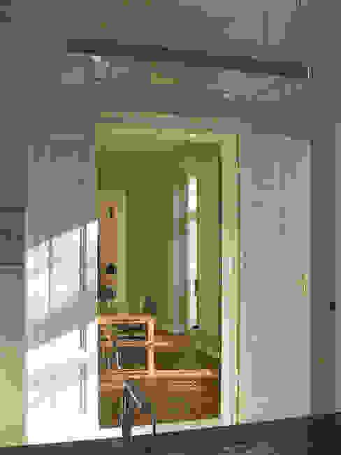 Blick aus der Küche - Doppeltüren und Böden wurden nach historischem Vorbild ergänzt Klassische Küchen von CG VOGEL ARCHITEKTEN Klassisch