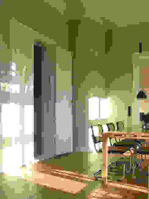 Helle hohe Räume im Piano Nobile - Eichendielen, kassettierte Flügeltüren und kräftige Farben erzeugen hier die Atmosphäre. Klassische Esszimmer von CG VOGEL ARCHITEKTEN Klassisch