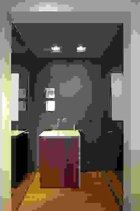 Baños de estilo  por Laura Yerpes Estudio de Interiorismo , Moderno