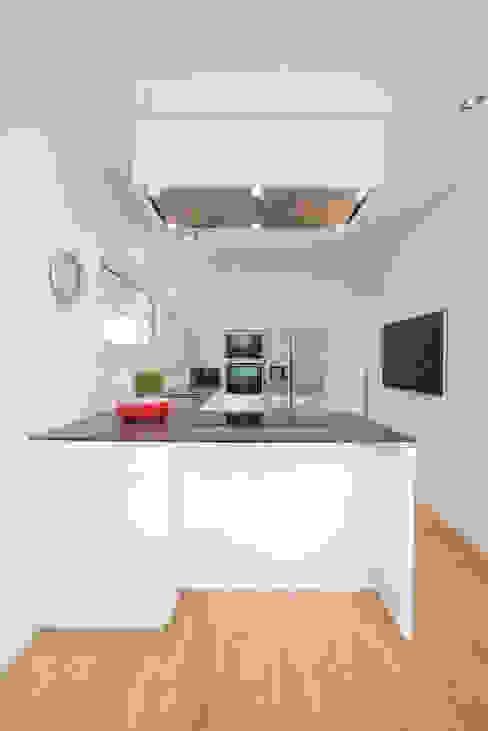 Cucina moderna di Bettina Wittenberg Innenarchitektur -stylingroom- Moderno