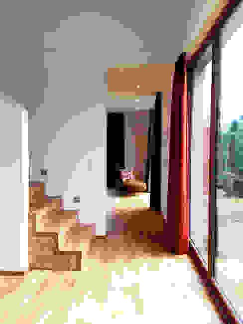 Ferienhaus | Stolte Moderner Flur, Diele & Treppenhaus von Architekturbüro HOFFMANN Modern