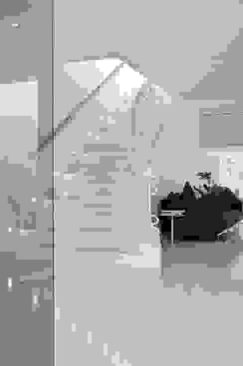 Escaleras - The White Houses Pasillos, vestíbulos y escaleras de estilo moderno de Bernadó Luxury Houses Moderno
