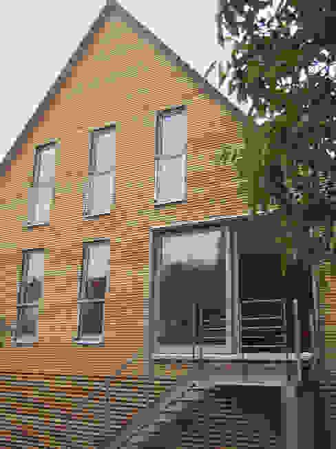 Siedlungshaus mit Holzscheibe zymara und loitzenbauer architekten bda Moderne Häuser