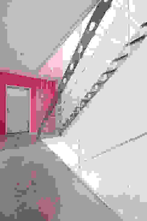 AUSSERGEWÖHNLICHE DOPPELHAUSHÄLFTE Moderner Flur, Diele & Treppenhaus von b2 böhme BAUBERATUNG Modern