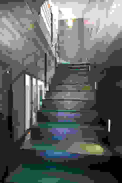 Dúplex Pasillos, vestíbulos y escaleras de estilo moderno de AZ Diseño Moderno