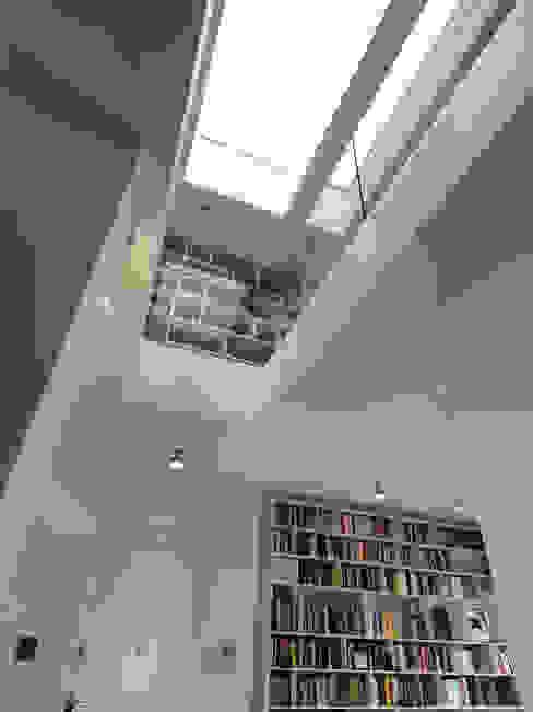 Ingresso Ingresso, Corridoio & Scale in stile moderno di enzoferrara architetti Moderno