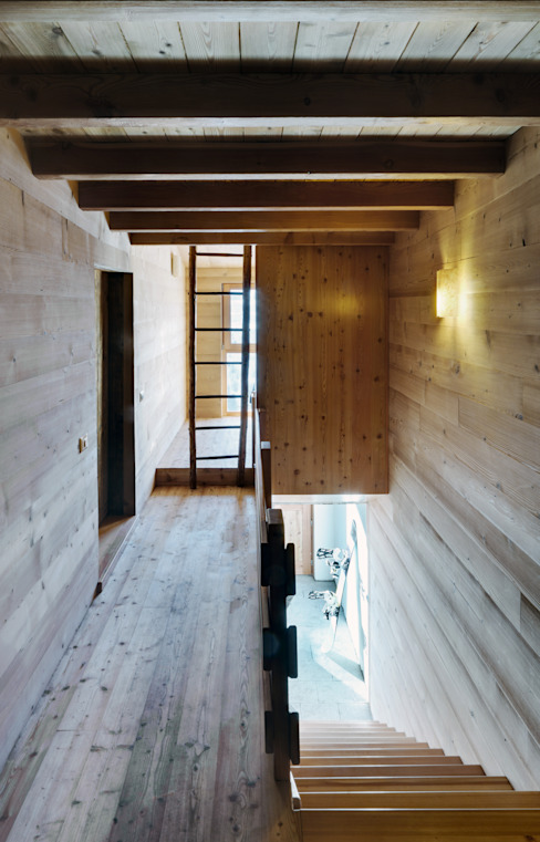Country style corridor, hallway & stairs by es-arch Country