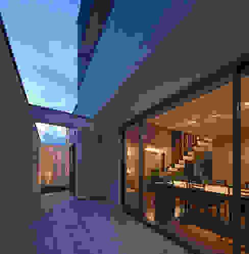 M6-house 「 幾何学の家」 Architect Show Co.,Ltd モダンデザインの テラス