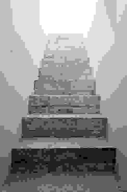 homify Corridor, hallway & stairsStairs