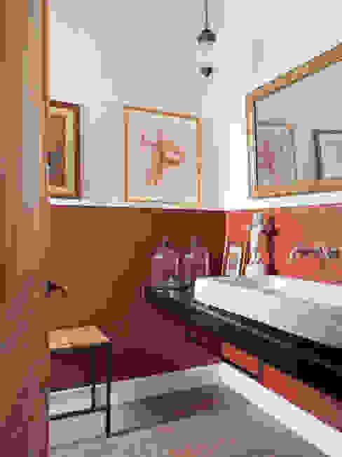 Minimalistische badkamers van The Room Studio Minimalistisch