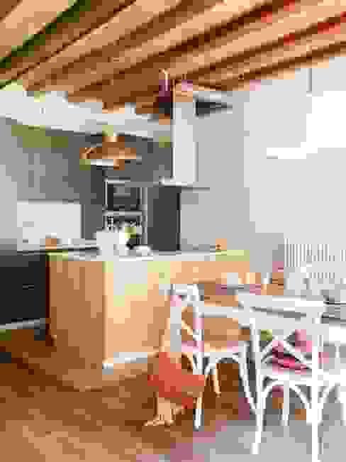 VIVIENDA EL GÒTIC Cocinas de estilo rústico de The Room Studio Rústico