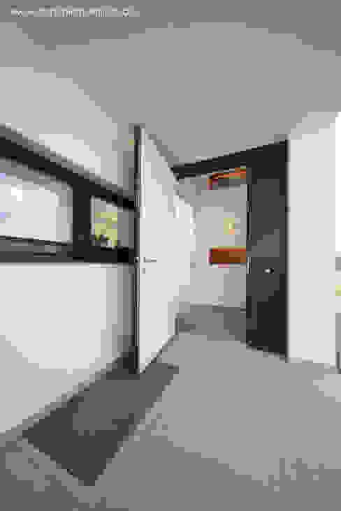 Couloir, entrée, escaliers modernes par Architekturbüro Ferdinand Weber Moderne