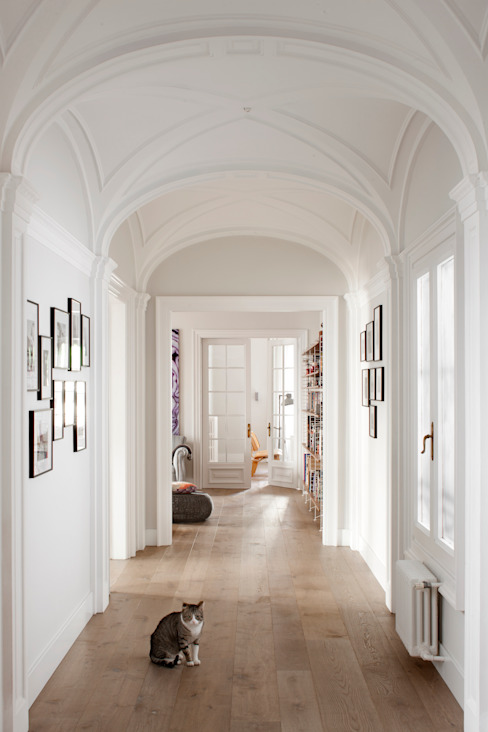 Corridor & hallway by The Room Studio, Colonial