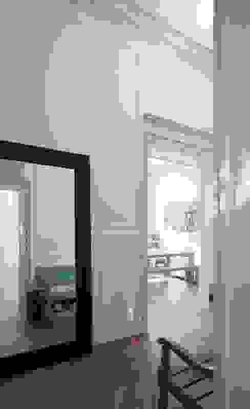 FELD Architecture Modern Corridor, Hallway and Staircase