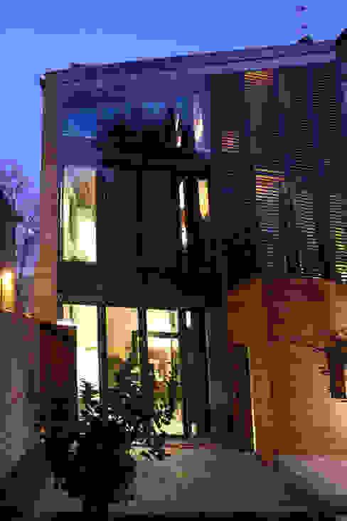 Ala nuova, prospetto sul giardino interno. Case moderne di Cumo Mori Roversi Architetti Moderno