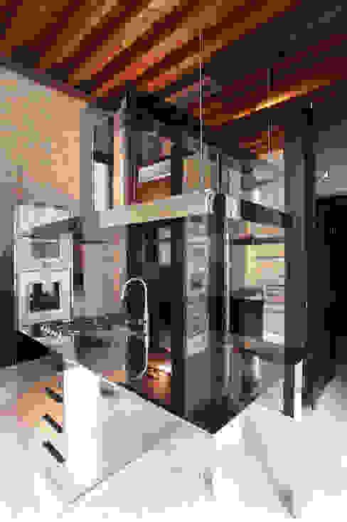 La cucina realizzata nella nuova ala. Cucina moderna di Cumo Mori Roversi Architetti Moderno