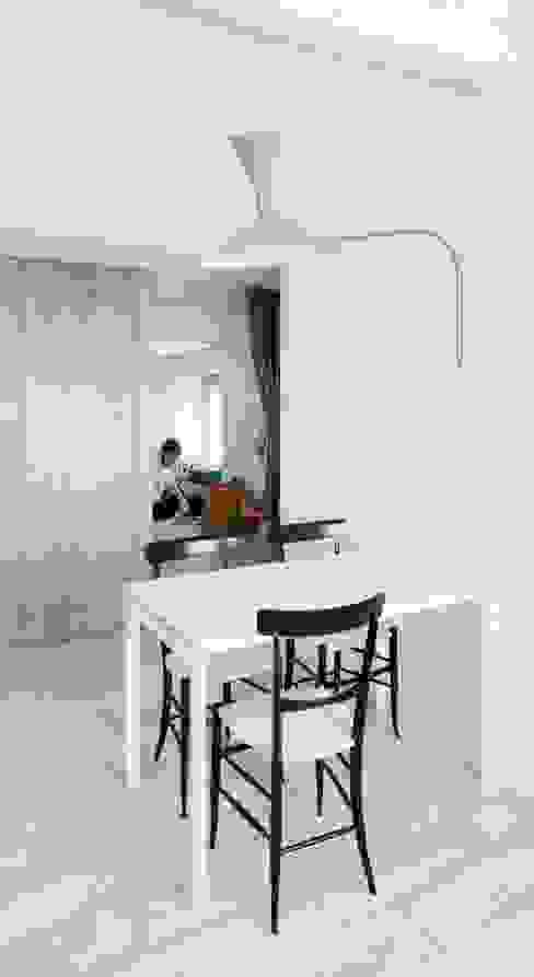 Столовая комната в стиле модерн от gosplan architects Модерн