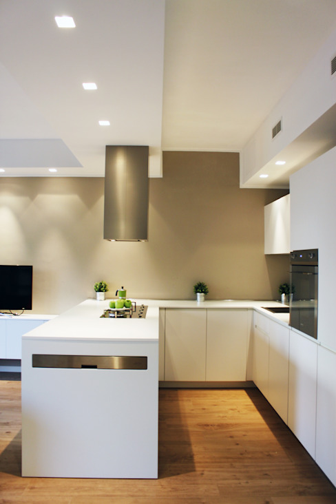RISTRUTTURAZIONE DI UN APPARTAMENTO CON CUCINA A VISTA Cucina moderna di Laura Lucente Architetto Moderno