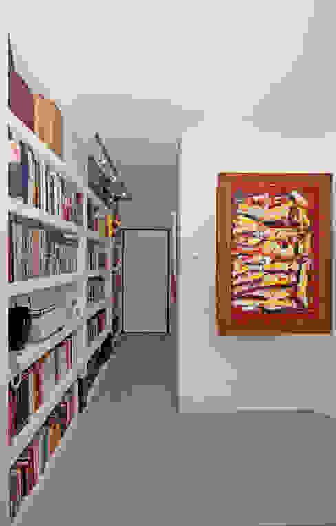 Pasillos, vestíbulos y escaleras de estilo moderno de Fabiola Ferrarello Moderno