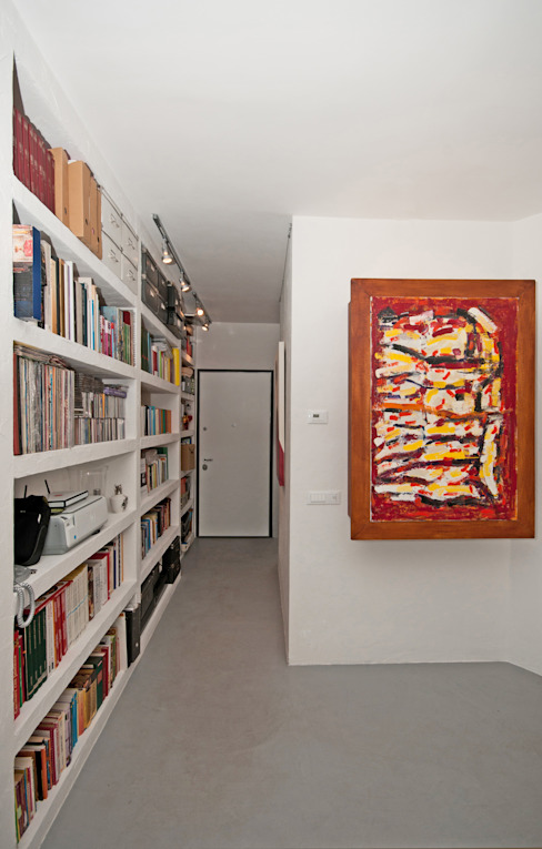 Modern corridor, hallway & stairs by Fabiola Ferrarello Modern