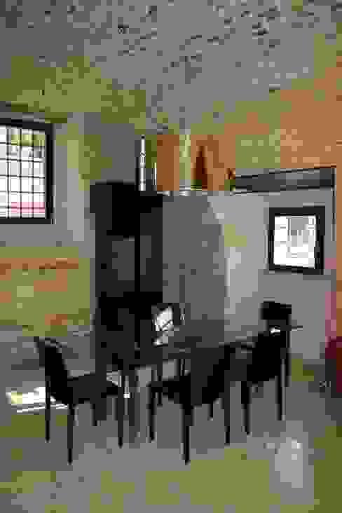 La zona pranzo al livello terra della torre. Sala da pranzo moderna di Cumo Mori Roversi Architetti Moderno