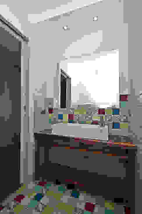 Baños de estilo moderno de Fabiola Ferrarello Moderno