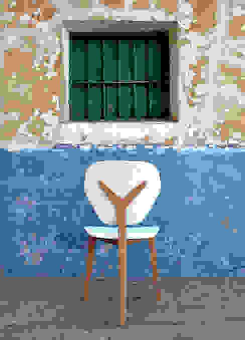 Branca / LATIZO Javier Herrero* Studio SalonesTaburetes y sillas