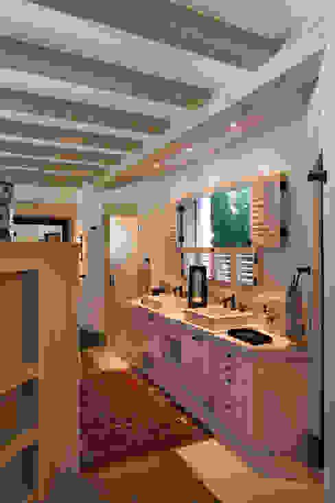 Banheiros rústicos por Artigas Arquitectos Rústico