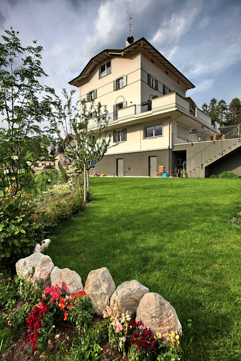 Rumah Modern Oleh luca pedrotti architetto Modern