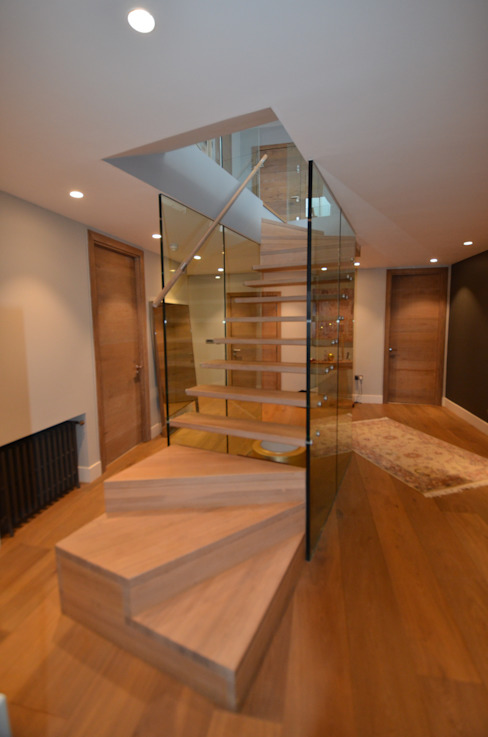 Floating stairs with glass walls de Siller Treppen/Stairs/Scale Moderno