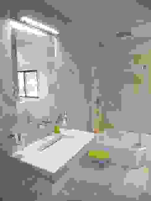 War House Salle de bain moderne par Allegre + Bonandrini architectes DPLG Moderne
