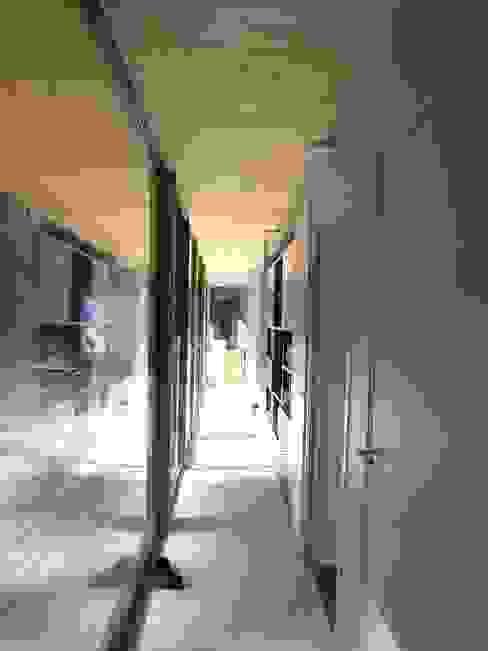 Moderne gangen, hallen & trappenhuizen van Allegre + Bonandrini architectes DPLG Modern