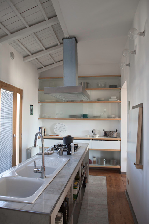 Renovation in Pigneto neighborhood in Rome. Cucina moderna di Studio Cassiani Moderno