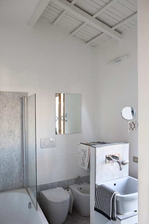 Renovation in Pigneto neighborhood in Rome. Bagno moderno di Studio Cassiani Moderno