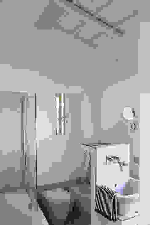 Modern Bathroom by Studio Cassiani Modern