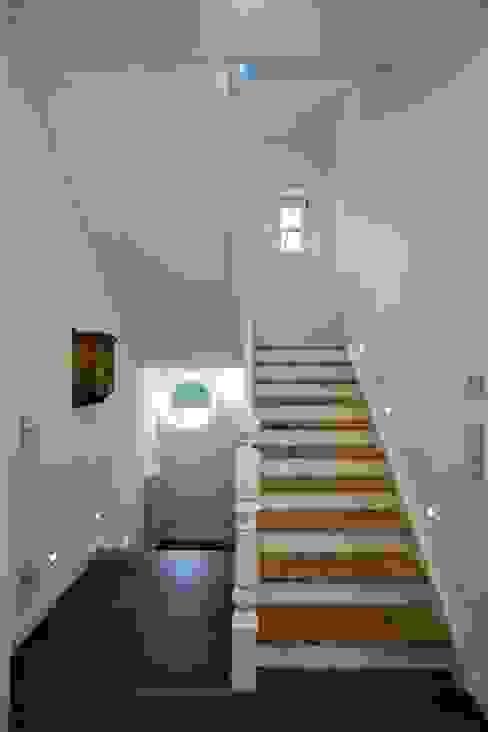 Wohnhaus in Holzkirchen bei München PLANUNG-RAUM-DESIGN Anne Batisweiler Klassischer Flur, Diele & Treppenhaus
