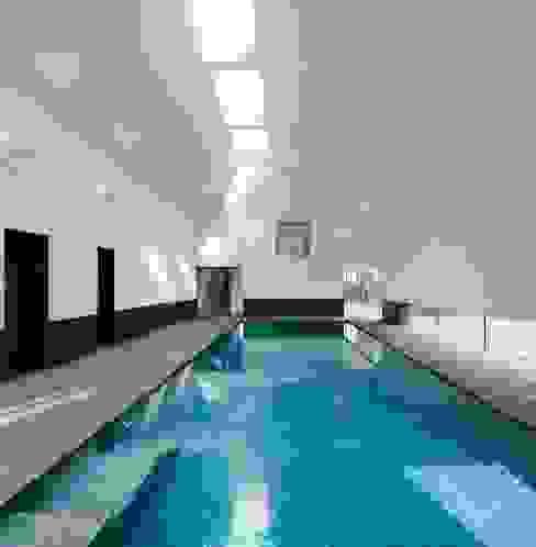 Piscinas de estilo  por London Swimming Pool Company, Moderno