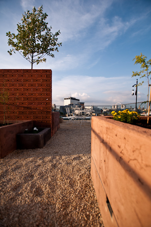 Hiên, sân thượng theo Urban Roof Gardens,
