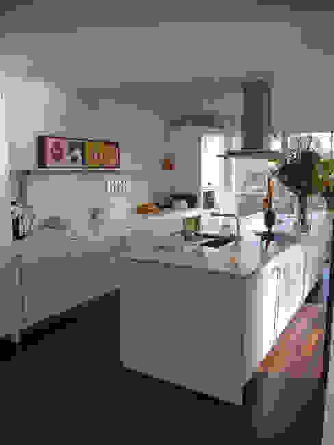 Zurich Apartment:  Kitchen by 4D Studio Architects and Interior Designers,