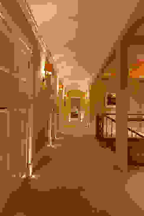 North Yorkshire Period Country House Pasillos, vestíbulos y escaleras de estilo ecléctico de Brilliant Lighting Ecléctico