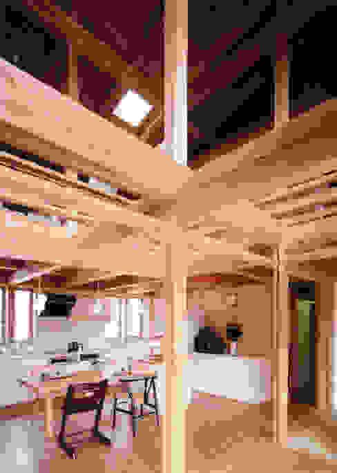 梁が飛びかうダイニング T設計室一級建築士事務所/tsekkei クラシックデザインの 多目的室